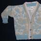 Cum sa crosetam combinezonul bebelusului format din bluza, pantalonas cu bretele, caciula si botosi